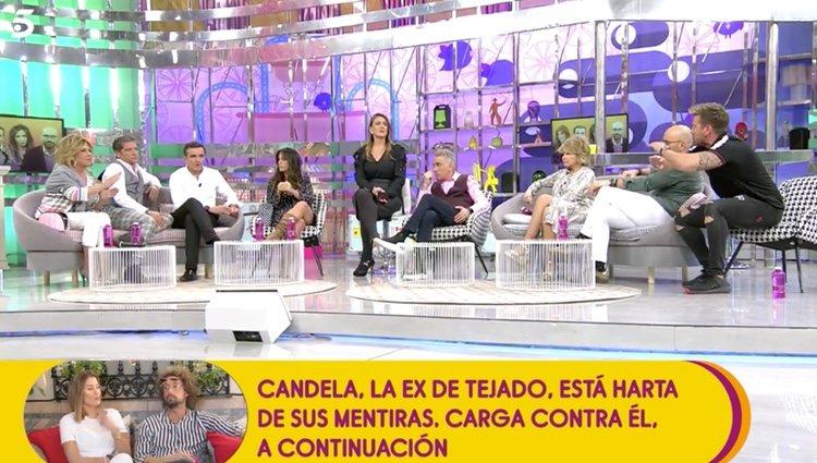 Rafa Mora revelando información ante sus compañeros en 'Sálvame'