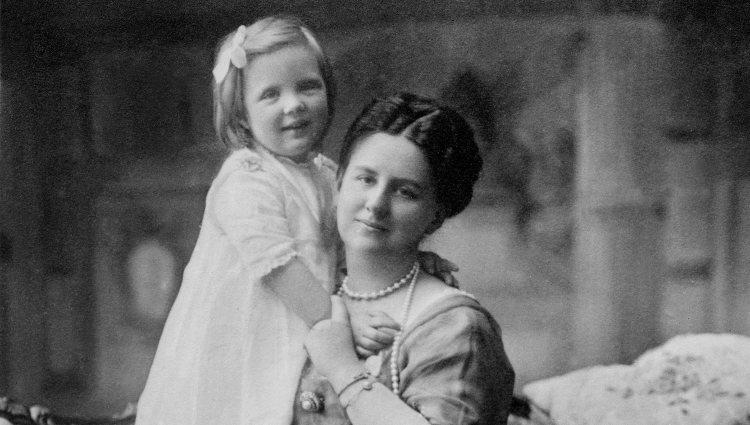 La Reina Guillermina de Holanda con su hija, la Princesa Juliana | Pinterest