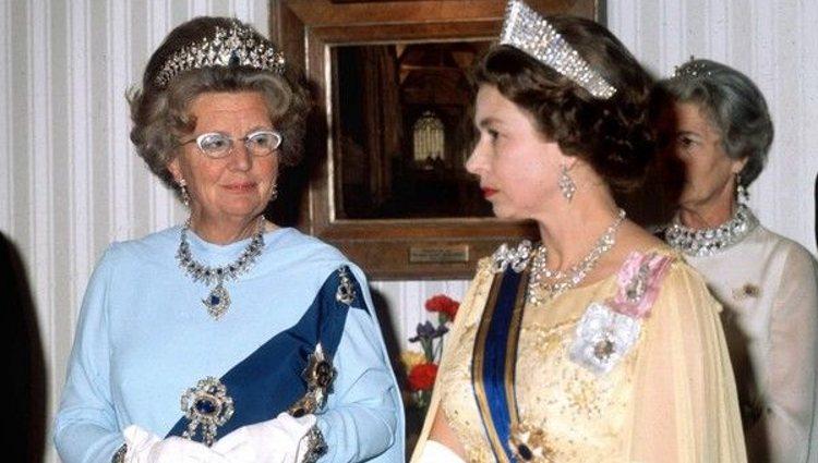 Juliana de Holanda con la Reina Isabel II de Inglaterra | Pinterest