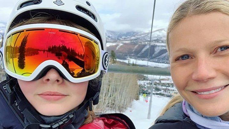 Gwyneth Paltrow y su hija Apple Martin en la nieve