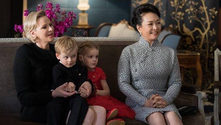 La Princesa Charlene y Peng Liyuan con Jacques y Gabriella de Mónaco