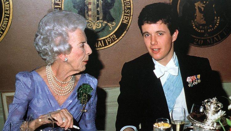 La Reina Ingrid con el Príncipe Federico de Dinamarca | Twitter