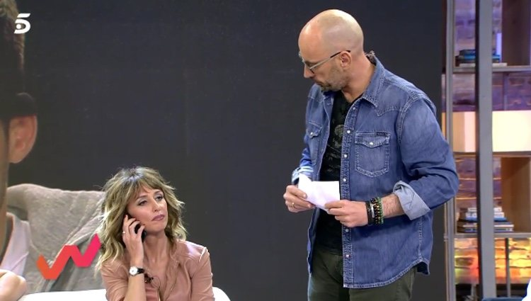 Emma García escuchando a Isabel Pantoja / Telecinco.es