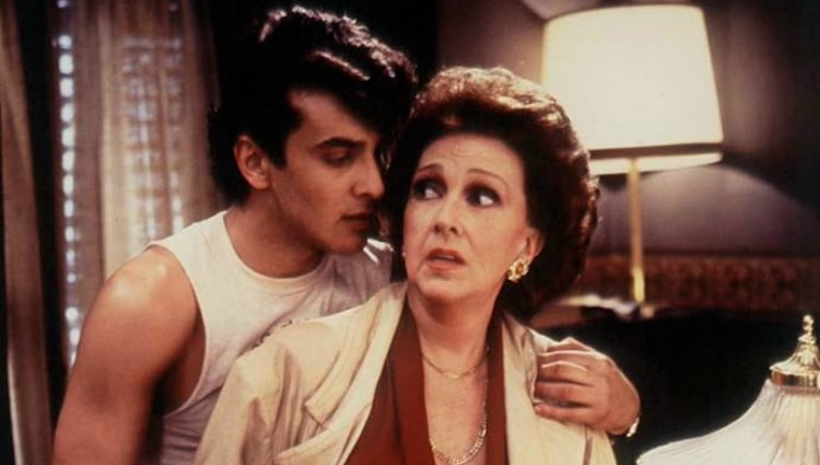 Luis Merlo y Amparo Rivelles en un fotograma de la película 'Hay que deshacer la casa' (1986)