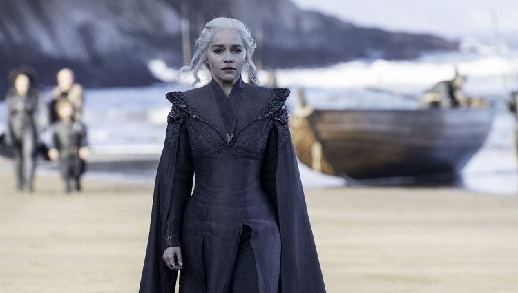 Daenerys desembarcando en la playa de Rocadragón