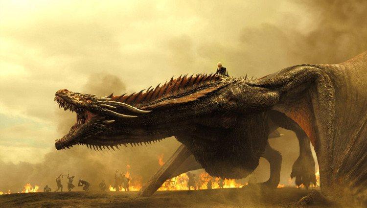 Daenerys a lomos de Drogon durante la batalla contra los Lannisters