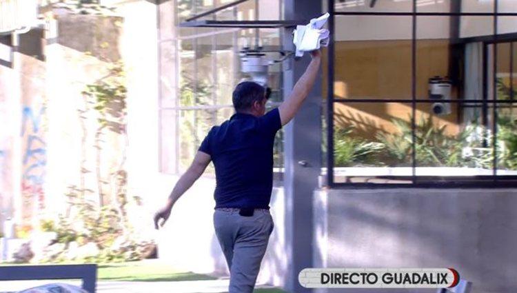 Gustavo González con la camiseta en 'Sálvame Okupa'/ Foto: Telecinco.es