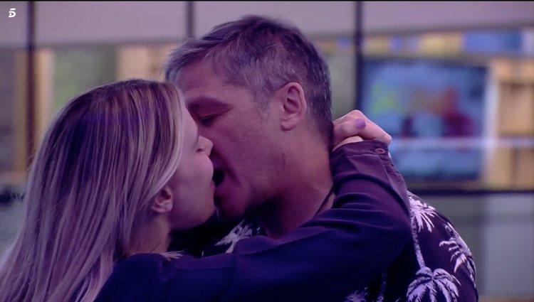 María Lapiedra y Gustavo González se besan apasionadamente | Foto: Telecinco.es