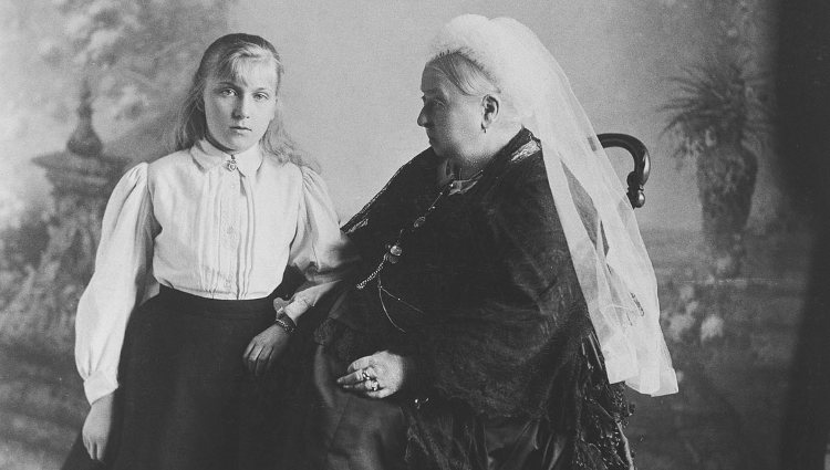 Victoria Eugenia de Battenberg con su abuela, la Reina Victoria | Royal Collection Trust
