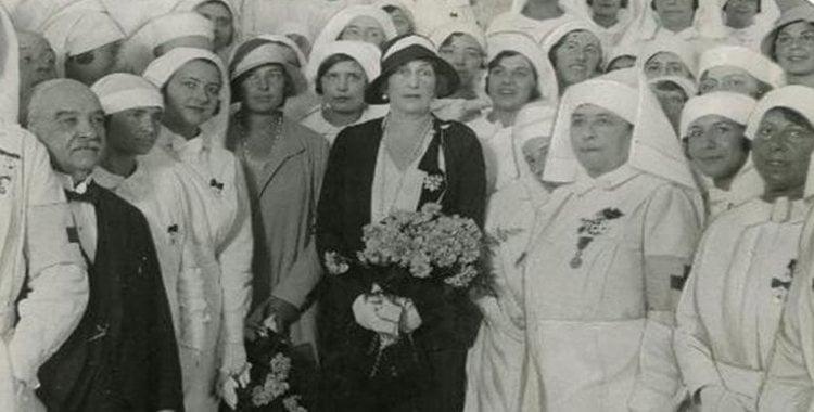 La Reina Victoria Eugenia posa con las enfermeras de la Cruz Roja | Pinterest