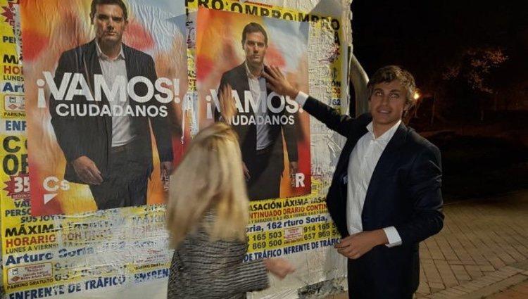 Damián Macías junto a un cartel de Albert Rivera/ Foto: Twitter
