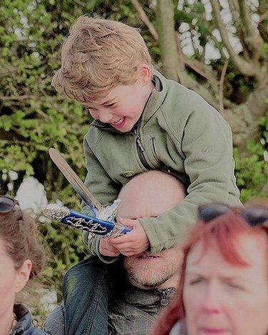 El Príncipe Jorge, a hombros de su tío, Mike Tindall