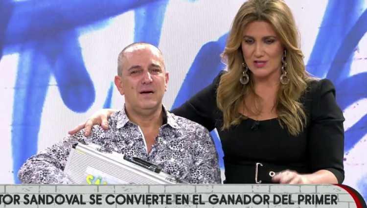 Victor Sandoval muy emocionado con el maletín/foto:telecinco.es