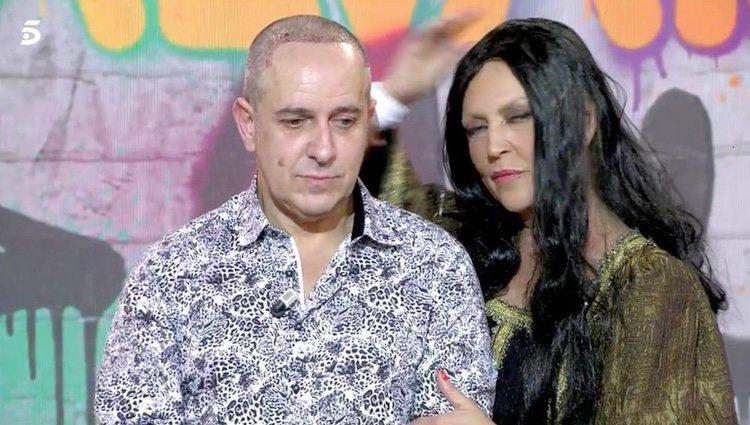 Víctor Sandoval y Lydia Lozano antes de conocer el nombre del ganador de 'Sálvame Okupa' / Telecinco.es