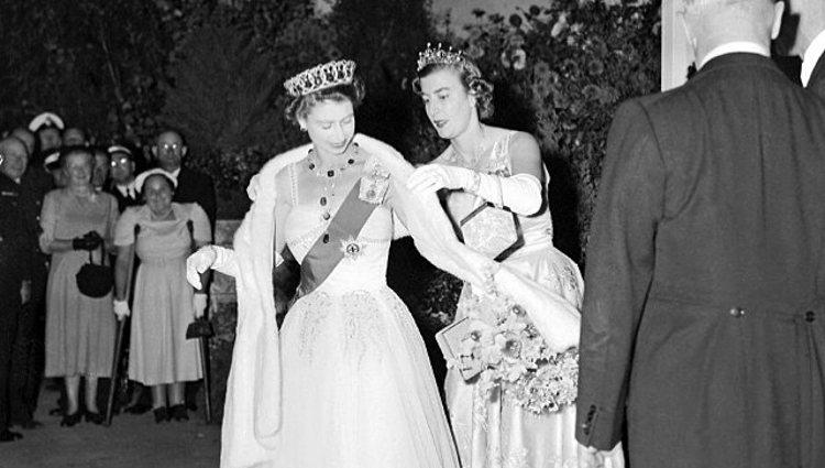 Lady Pamela Mountbatten ayuda a la Reina Isabel II a vestirse | Instagram