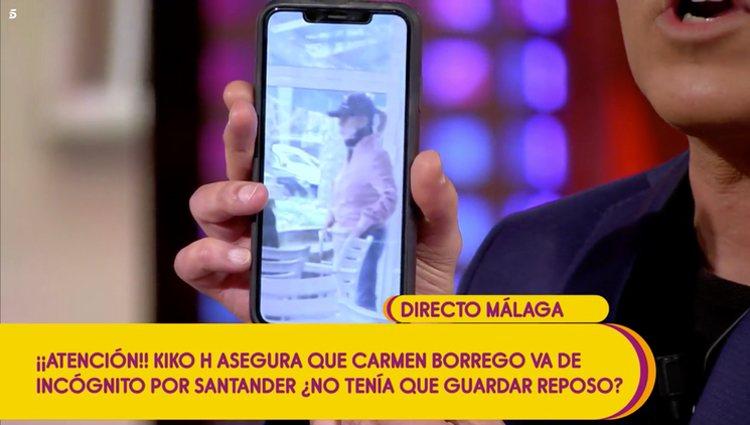 Momento en el que Kiko Hernandez desvela las fotografías de Carmen Borrego en Santander
