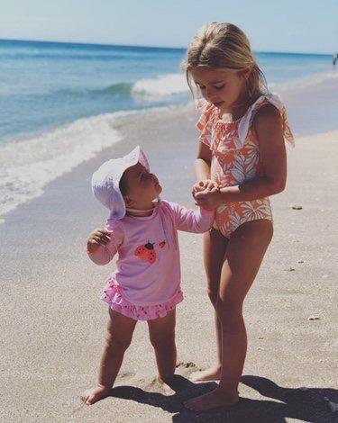 Leonor y Adrienne de Suecia en la playa