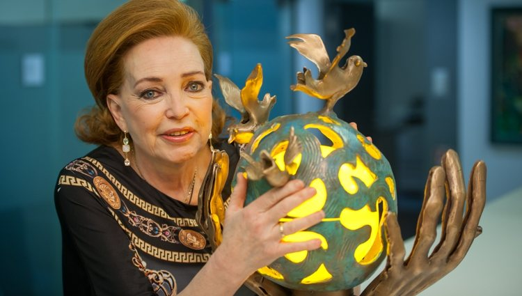 La Princesa Diana de Orleans con una de sus esculturas   ddiane.de