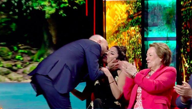 Kiko Rivera le da un beso a su hermana Chabelita Pantoja |telecinco.es