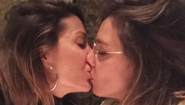 Fotografía del beso entre Nagore Robles y Sandra Barneda / Instagram