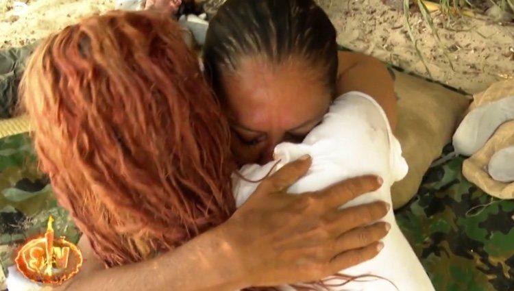 Aneth consolando a Isabel Pantoja / Telecinco.es
