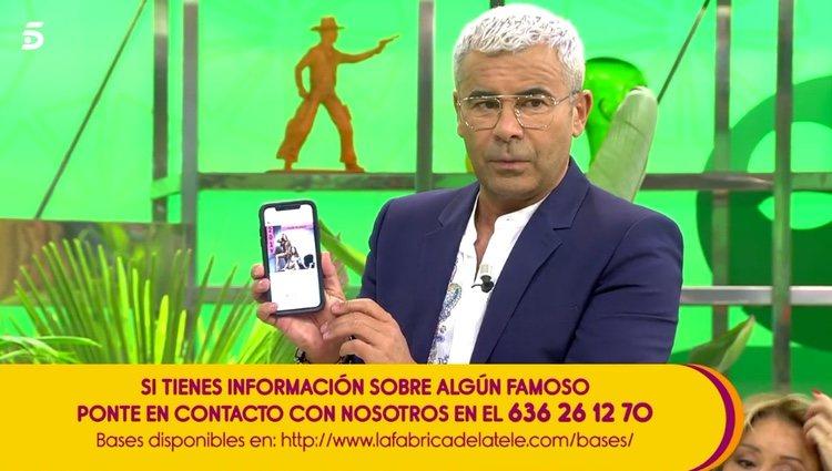 Jorge Javier Vázquez enseñando la promoción de Azúcar Moreno / Telecinco.es
