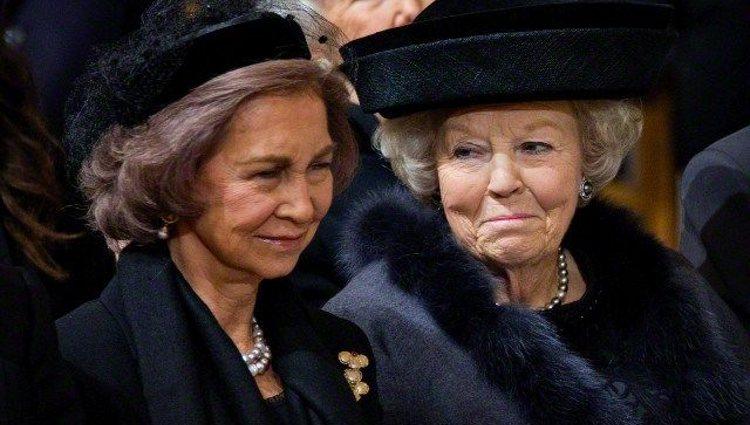 La Reina Sofía y Beatriz de Holanda, muy cómplices en el funeral de Fabiola de Bélgica | Pinterest