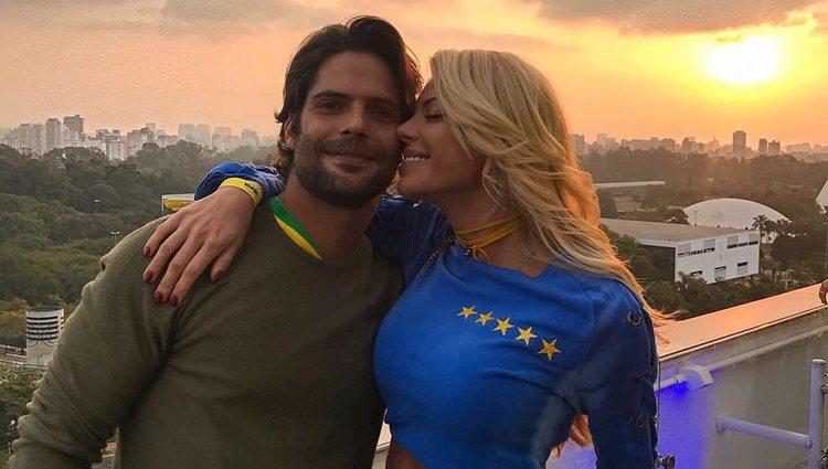 Caroline Bittercourt posa junto a su marido Jorge Sestini / foto: Instagram Caroline Bittercourt