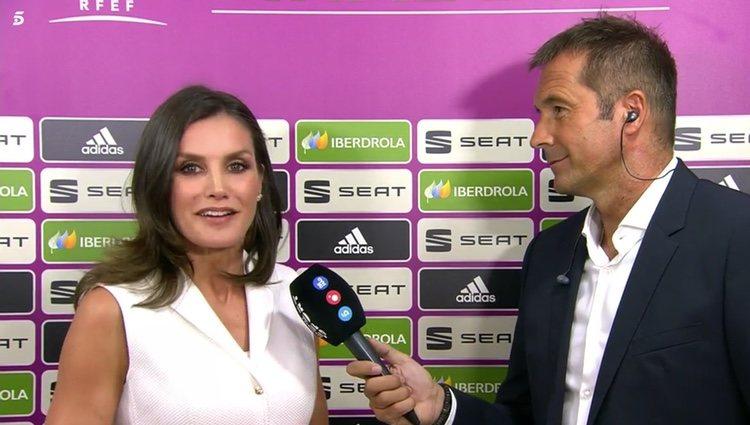 Manu Carreño entrevista a la Reina Letizia antes del partido | Foto: Telecinco.es