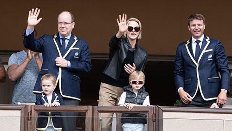 Alberto y Charlene de Mónaco con sus dos hijos | Foto: Eric Mathon, Palais Princier