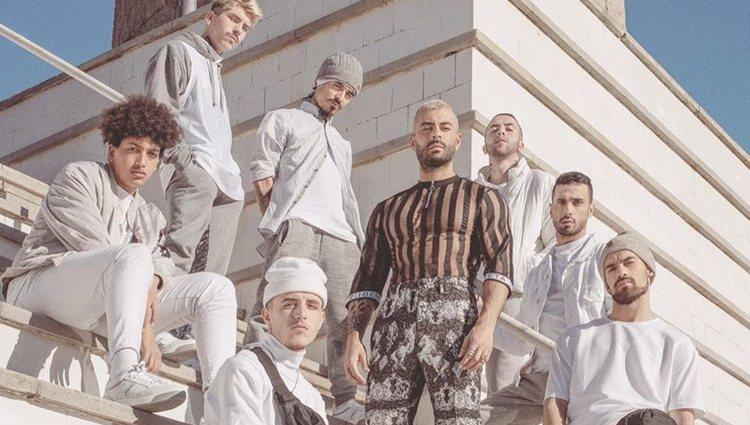 Javi Mota junto a sus bailarines en el vídeo de 'Iguales'
