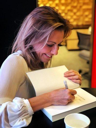 Ángeles Blanco firmando su libro 'Los dos viajes de Evita'