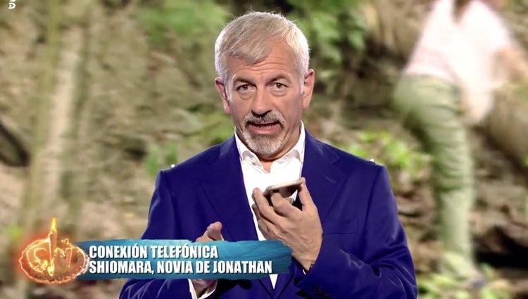 Carlos Sobera hablando con Shiomara en 'Supervivientes: Tierra de Nadie' Foto: Telecinco