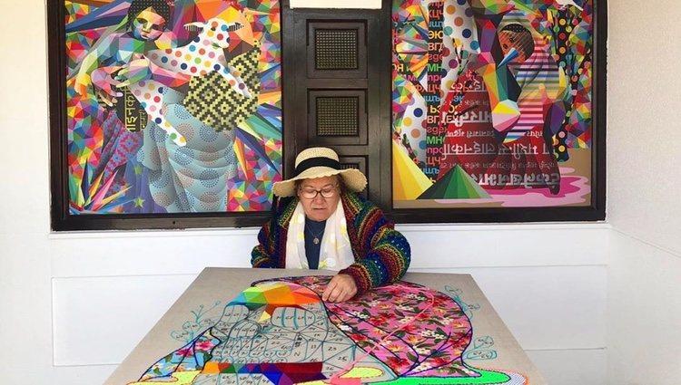 La madre de Okuda san Miguel haciendo bordados/ Foto: Instagram