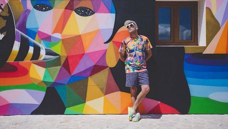 Okuda San Miguel delante de uno de sus murales/ Foto: Instagram