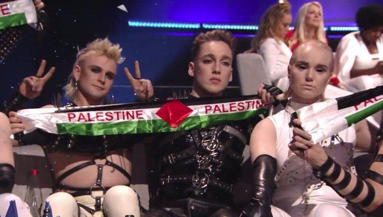 El grupo Hatari muestra la bandera palestina / foto: RTVE.es