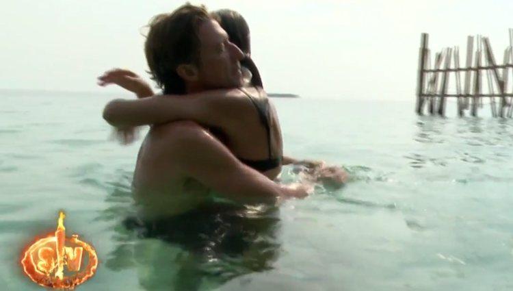 Colate y Mónica Hoyos abrazados en el agua | Foto: Telecinco.es