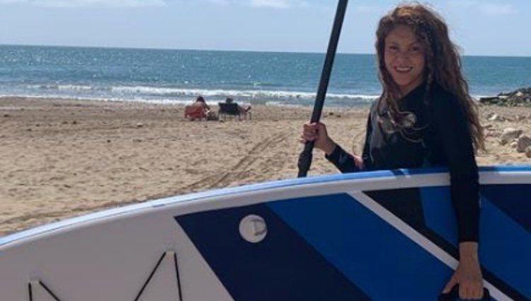 Shakira practicando paddle surf