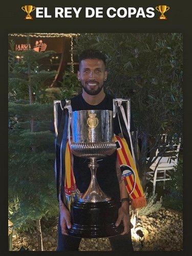 Ezequiel Garay posando con la Copa del Rey / Instagram