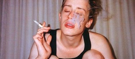 El actor Macaulay Culkin disfrutando de un cigarrillo