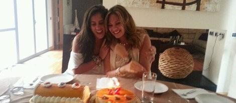 Jessica Bueno sopla las velas por su 22 cumpleaños junto a Kiko Rivera y Anabel Pantoja