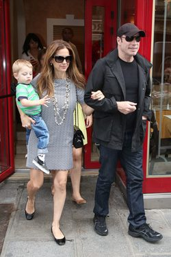 John Travolta y Kelly Preston con su hijo