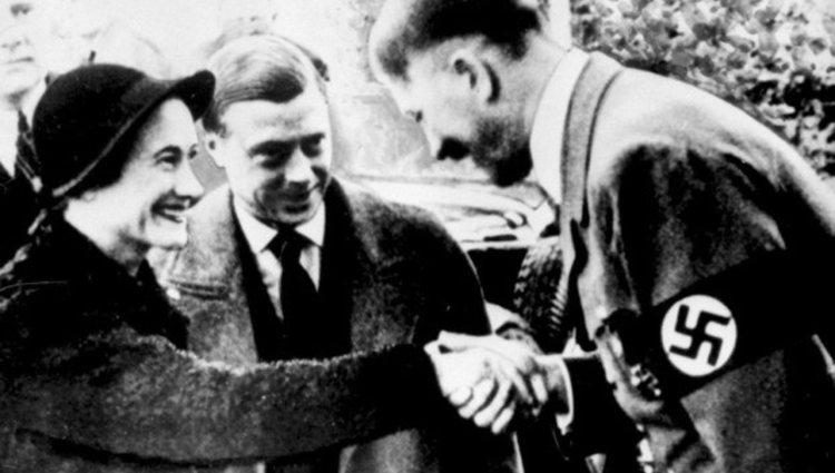 Adolf Hitler saludando afectuosamente a los Duques de Windsor | Pinterest