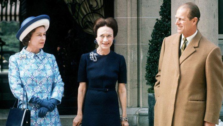Isabel II y el Príncipe Felipe posan con la Duquesa de Windsor en su visita a París | Pinterest