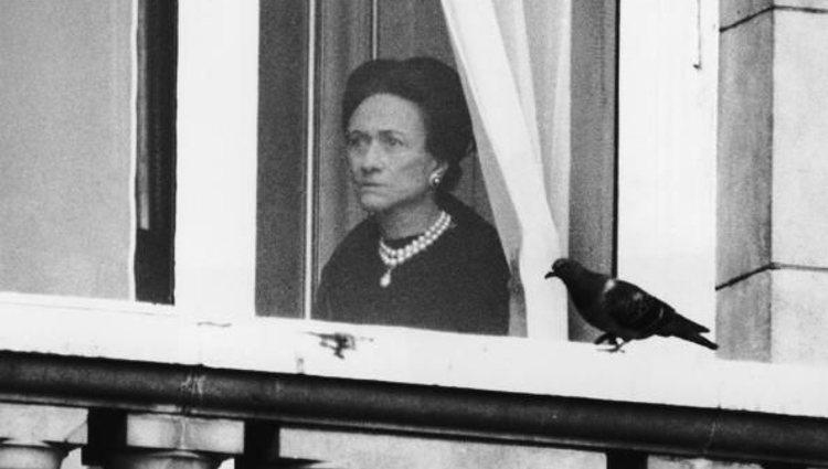 La Duquesa de Windsor tras una ventana en el Palacio de Buckingham tras la muerte de su marido | Pinterest