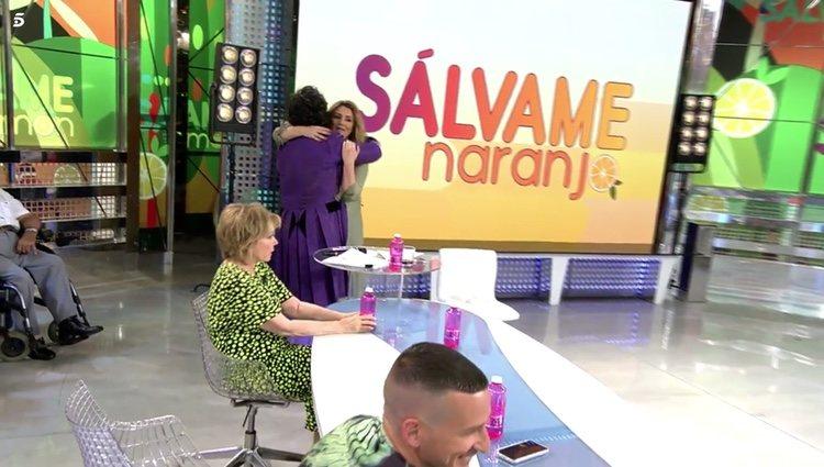 Rafa Mora se disculpa con Carlota Corredera y le da un abrazo en 'Sálvame' Foto: Telecinco