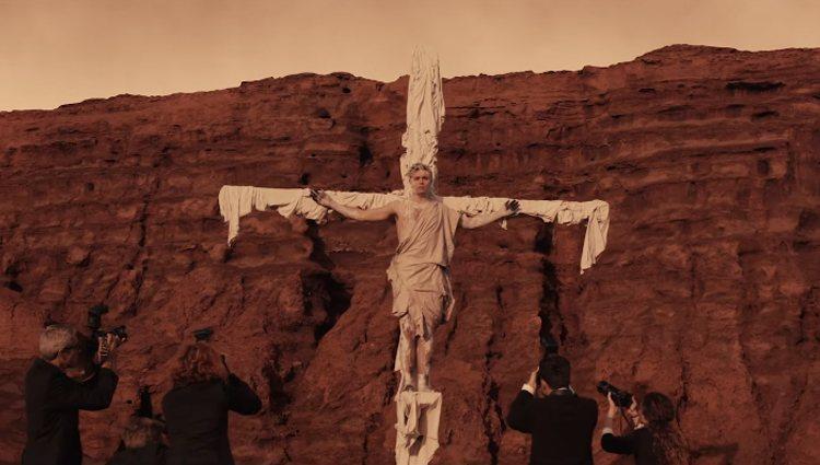Alfred crucificado en 'Wonder'