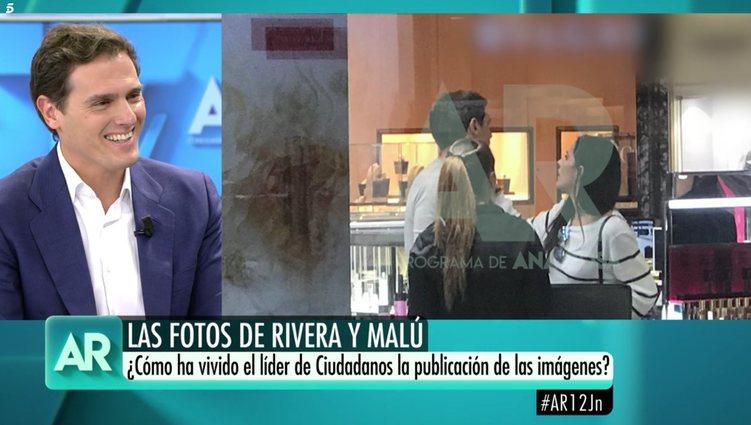 Albert Rivera, muy sonriente mientras salían las imágenes | Foto: Telecinco.es