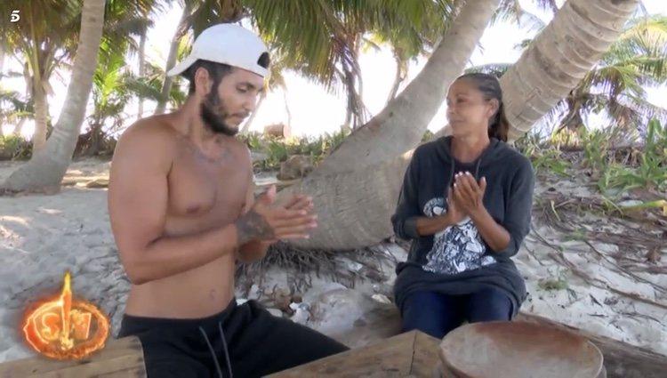 Isabel Pantoja y Omar Montes cantando y tocando las palmas juntos en 'Supervivientes 2019' Foto: Telecinco