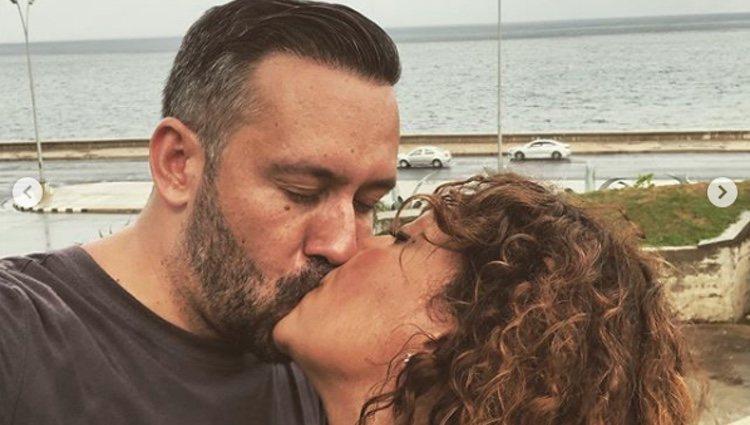 Kike Calleja y Raquel Abad besándose en Cuba l Instagram